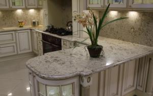 Кухня классика со столешницей из искусственного камня